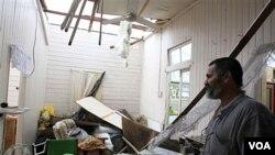 Seorang warga mendapati rumahnya rusak akibat topan Yasi di Tully, Australia, Kamis 3 Februari 2011.