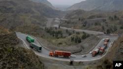 درہ خیبر کے راستے تجارتی ٹرک افغانستان میں داخل ہو رہے ہیں۔ فائل فوٹو