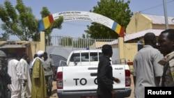 지난달 15일 차드 수도 은자메나의 자살폭탄 공격 현장에 군경이 서 있다.