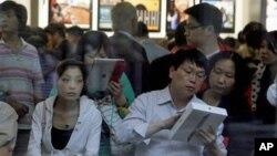中国顾客在北京三里屯的苹果零售店学习使用iPad 2(资料照片)