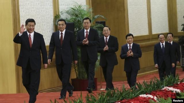 Các thành viên mới trong Ủy ban Thường vụ Bộ Chính trị Trung Quốc, từ trái sang phải: Trương Cao Lệ, Lý Vân Sơn, Trương Ðức Giang, Tập Cận Bình, Lý Khắc Cường, Du Chí Thanh và Vương Kỳ Sơn tại Ðại Sảnh đường Nhân dân ở Bắc Kinh, ngày 15/11/2012.
