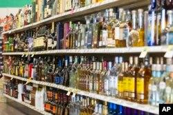 미국 인디애나주 카멜의 한 주류상점에 술병들이 진열돼있다.