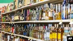 美國印第安納州一家烈酒商店的貨架。(資料圖片)