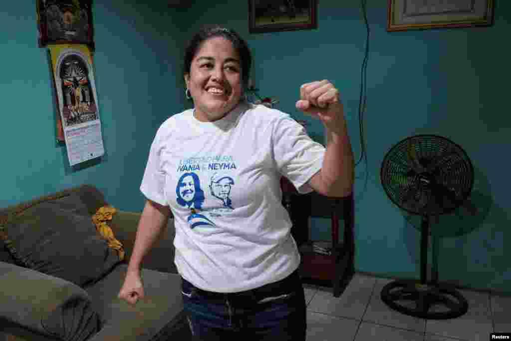 Ivania del Carmen Álvarez, miembro del movimiento opositor Unidad Nacional Azul y Blanco (UNAB), hace gestos después de salir de prisión, en Managua, Nicaragua, el 30 de diciembre de 2019. (Foto de Reuters)