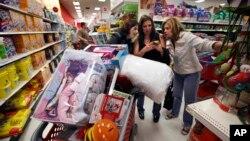 """Konsumen AS membeli barang pada """"Black Friday"""" di kota Portland, negara bagian Maine, tahun lalu (foto: dok)."""