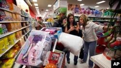 Belanja konsumen mencakup lebih dari dua pertiga kegiatan perekonomian Amerika (foto: ilustrasi).