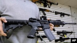 Seorang pemilik toko di Springfield, Illinois, memperlihatkan salah satu jenis senjata AR-15 (Foto: dok). Senat AS akan memulai perdebatan terkait pengawasan senjata api, hari ini (11/4).