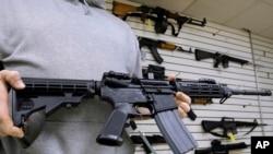 Džon Džekson, vlasnik prodavnice Capitol City Arms Supply pokazuje pušku AR-15 koja se prodaje u njegovoj prodavnici.