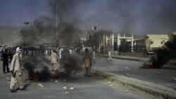 مسلمان شیعه خشمگین در اعتراض به کشته شدن اعضای جامعه خود توسط افراد مسلح ناشناس در کویته، لاستیک خودروها را به آتش کشیدند. پاکستان، ۳۰ ژوئیه ۲۰۱۱