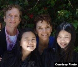 张安妮、张儒莉和瑞洁及其丈夫罗伯特(照片由女权无疆界提供)
