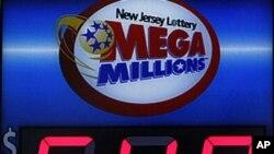 3月30日新泽西州一家商店的外面挂着的标牌显示兆彩乐透的头奖高达6亿4千万美元