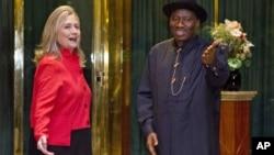 Hillary Clinton se reunió en Abuya con el presidente de Nigeria, Goodluck Jonathan.