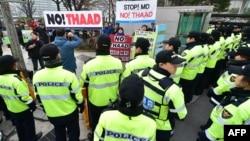 """反战人士在首尔的韩国外交部外集会,反对""""终端高空区域防御系统""""(THAAD)。(2015年3月17日)"""