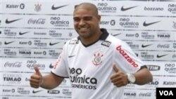 Pemain Brazil Adriano berpose ketika diperkenalkan sebagai penyerang baru klub Corinthians di Sao Paulo hari Kamis (31/3).