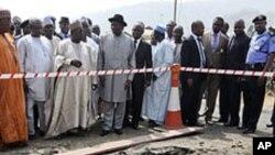 Le président Goodluck Jonathan visitant une église catholique près d'Abuja qui a été touchée par un attentat à la bombe le jour de Noël