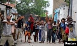 Des habitants entonnent des chants lors de manifestations contre Joseph Kabila, à Kinshasa, RDC, le 20 décembre 2016.