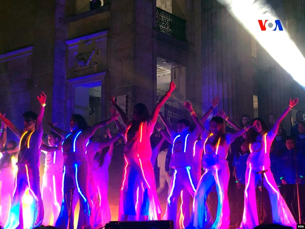 El evento, denominado Lucis, fue organizado en el marco del Festival internacional 'Ni con el Pétalo de una Rosa', bajo la dirección de la actriz Alejandra Borrero, quien convocó, además, a la banda Aterciopelados, ganadores del Grammy Latino.. Foto: Karen Sánchez, VOA.
