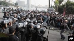 La police et les manifestants en Egypte