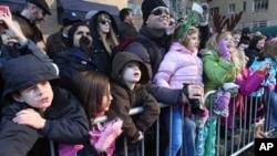 Miles de personas se congregan todos los años en las calles de Nueva York para presenciar el desfile por Thanksgiving.