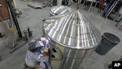 美國俄勒岡州的一名工人在進行焊接