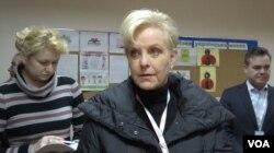 Udovica senatora Džona Mekejna na jednom od izbornih mesta u Kijevu