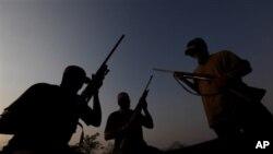 在墨西哥的米却肯州越来越多居民组织自警团武装,向贩毒集团作斗争保卫家园。