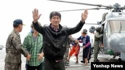 소말리아 해적에 피랍돼 1년7개월여(582일)만에 석방된 선원들이 한국 청해부대 강감찬함에 승선하는 장면