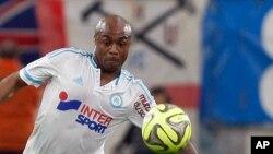L'attaquant ghanéen de Marseille André Ayew, à droite, tente un dribble face le défenseur italien Andrea Raggi lors d'un match de football entre Marseille et Monaco au Stade du Vélodrome, à Marseille, 10 mai 2015.