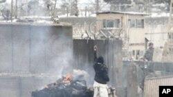 21일 아프간 수도 카불의 바그람 미 공군기지 앞에서 항의하는 시위대.