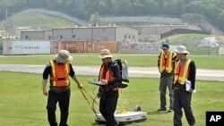 """一个韩国小组在调查地下是否埋有""""橙剂"""""""