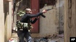 레바논 북부 항구 도시 트리폴리에서 시리아 반군을 지지하는 무장한 수니파 남성이 총격전을 벌이고 있다 (자료사진)