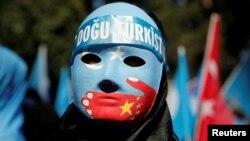 지난 1일 터키 이스탄불 주재 중국 대사관 앞에서 위구르인이 마스크를 쓰고 중국의 '위구르족 탄압' 항의 시위에 참가했다.