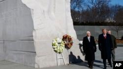 """特朗普总统和彭斯副总统在""""马丁路德金日""""这一天参观华盛顿的马丁路德金纪念园。(2019年1月21日)"""