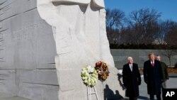 លោកប្រធានាធិបតី ដូណាល់ ត្រាំ និងអនុប្រធានាធិបតី Mike Pence ធ្វើទស្សនកិច្ចទៅកាន់ស្តូបរំឭកវិញ្ញាណក្ខន្ធលោក Martin Luther King, Jr កាលពីថ្ងៃទី២១ ខែមករា ឆ្នាំ២០១៩។