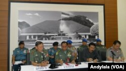 Kapuspen TNI Mayjen Fuad Basya (kiri sedang berbicara) dalam penjelasan bersama tim gabungan TNI-Polri soal kasus penimbunan BBM illegal di Batam, 14 Oktober 2014 (Foto: VOA/Andylala)