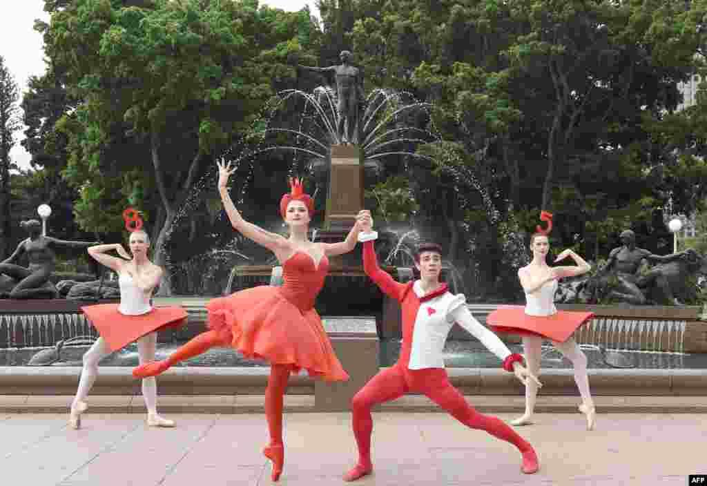 """Para pebalet menampilkan drama """"Alice's Adventures in Wonderland"""" dalam pertunjukan di Sydney, Australia."""