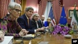 26일 스위스 로잔의 한 호텔에서 존 케리 미 국무장관(왼쪽 두번째)을 비록한 미국 대표단이 이란 대표단과 핵 협상을 벌이고 있다.