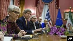 Američki podsekretar za politička pitanja Vendi Šerman, državni sekretar Džon Keri, sekretar za energetiku Ernest Moniz, predstavnik Saveta za nacionalnu bezbednost Robert Mali i politička direktorka EU Helga Šmid na sastanku sa iranskim zvaničnicima u Lozani.