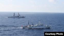 """美國與中國海警巡邏船2012年8月13日在北太平洋實施聯合海上漁業執法""""(美國海警隊資料照片)"""