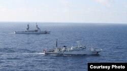 """美国与中国海警巡逻船2012年8月13日在北太平洋实施联合海上渔业执法""""(美国海警队照片)"""