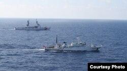 """美國與中國海警巡邏船2012年8月13日在北太平洋實施聯合海上漁業執法""""(美國海警隊照片)"""