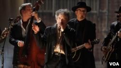 Dylan fue incluido en el especial de la revista Time 100: Las personas más influyentes del siglo.