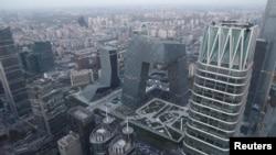 空中俯瞰北京金融街道上的汽車( 2018年11月28日路透社)
