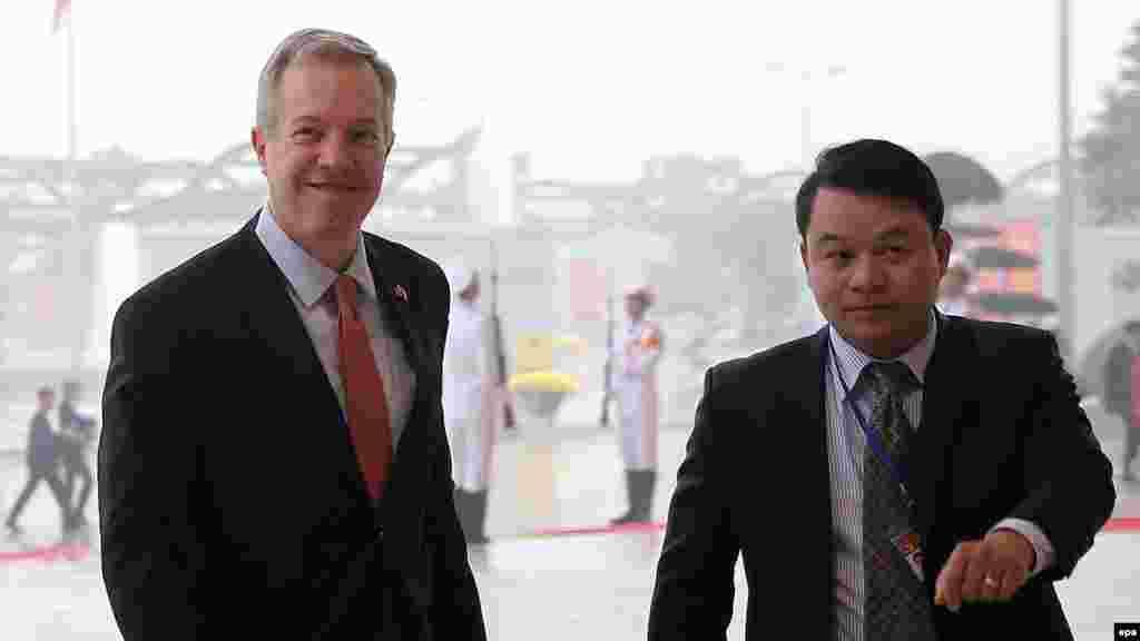 Đại sứ Mỹ ở Việt Nam lên tiếng về vụ cá chết và ông Bob Kerrey Đại sứ Mỹ Ted Osius mới tiết lộ rằng Việt Nam không chấp nhận đề nghị từ Mỹ, hỗ trợ điều tra nguyên nhân vụ cá chết hàng loạt, cũng như nói rằng cuộc tranh luận về cựu thượng nghị sĩ Bob Kerrey là tín hiệu tích cực.