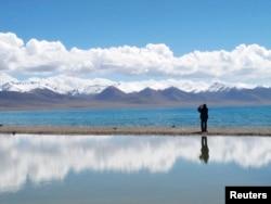 游人在纳木措湖照相。纳木措湖是西藏的圣湖