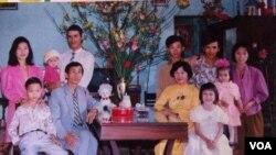 Đại gia đình lúc còn ở Đà Nẵng, Việt Nam. (Tân là người được ẵm bên góc trái). (Hình do gia đình cung cấp)
