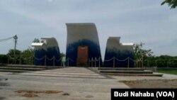"""Monumen """"Thanks to The World"""" Blang Padang, Banda Aceh, tempat penyelenggaraan puncak peringatan 10 tahun Tsunami, yang akan digelar 26 Desember 2014 mendatang (Foto: VOA/Budi Nahaba)."""