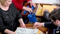 지난 2013년 1월 미국 하원 서기들이 50개주 대통령 선거인단의 투표 결과를 개봉하고 있다.