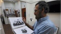 «علی فرزات» کاریکاتوریست معروف مخالف رژیم در آتلیه اش در دمشق. ۱۴ اوت ۲۰۱۱
