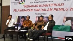 Diskusi tentang menakar kuantifikasi pelanggaran terstruktur, sistematis dan masih (TSM) dalam pemilu 2019 di Jakarta, Senin (20/5). (VOA/Fathiyah)